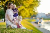 Pai e filhas pelo rio — Fotografia Stock