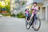 Mother and daughter riding bicycle — Stock fotografie