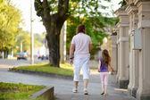 отец и дочь ходьба — Стоковое фото