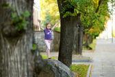 маленькая девочка на прогулке — Стоковое фото