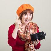 Uma mulher idosa com uma bolsa na mão. — Foto Stock