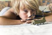Jongen speelt met een helikopter — Stockfoto