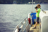 мальчик на корабле, фотографирование воды — Стоковое фото