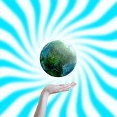 地球を持っている手します。 — ストック写真