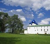 Russische kirche mit blauen kuppeln. — Stockfoto