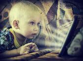 Chlapeček se dívá na obrazovce počítače. — Stock fotografie