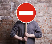 Man holds no entry sign — Stock Photo
