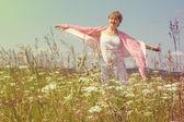 Elderly woman in the field — Stock fotografie