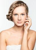πορτραίτο νεαρής γυναίκας με χτένισμα πλεξούδα — Stock fotografie