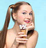 Young woman with ice cream — Stockfoto
