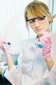 Kobieta naukowiec w laboratorium — Zdjęcie stockowe