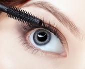Schöne frau, die anwendung von mascara — Stockfoto