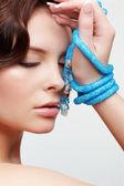Kvinna med teal pärlor — Stockfoto