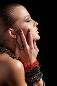 Bella donna in bracciali — Foto Stock