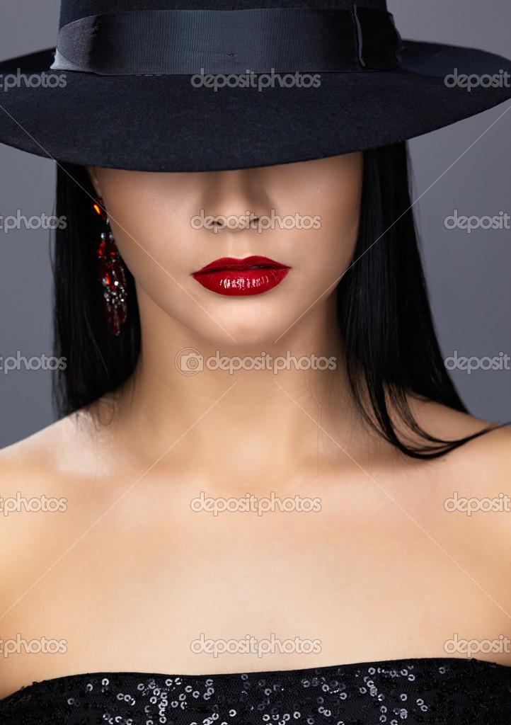 Фото брюнетки в черной шляпе 10 фотография