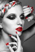 Mujer joven con uñas rojas — Foto de Stock