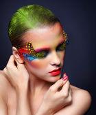 Žena s módní péřová řasy make-up — Stock fotografie