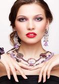 Vacker ung kvinna i halsband — Stockfoto