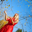 Girl wiht in autumn park — Stock Photo #13141665