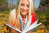 Girl wiht in autumn park — Stock Photo
