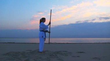 Meditazione di giovane donna sulla spiaggia tramonto — Video Stock