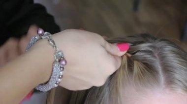 Barber plaits girl's hair — Stock Video