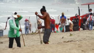 Cleaning Kuta Beach — Stok video