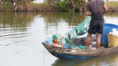 Fisherman pulling in his net — Stock Video