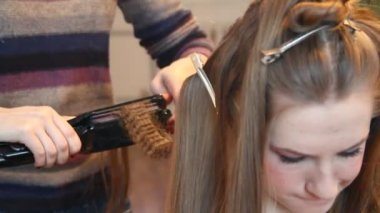 Hairdresser plating hair — Stock Video