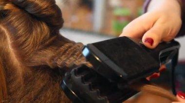 Hairdresser plating hair — Stock Video