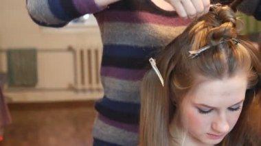 Beauty woman having her hairdo by stylist — Stock Video