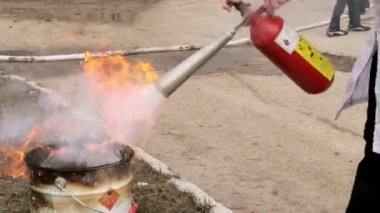 Man using fire extinguisher — Video Stock