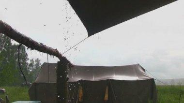 Heavy rain falling on a tent — Vídeo de Stock