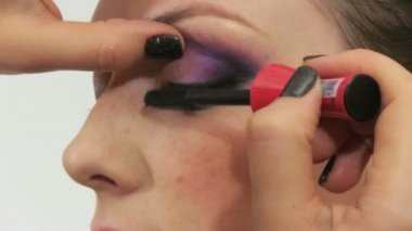 Woman having make up in beauty salon — Stok video
