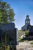 Kerk en begraafplaats — Stockfoto