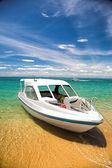 Turist båt nära stranden — Stockfoto
