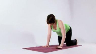 Pregnant woman doing yoga — Stock Video