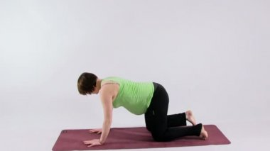 Pregnant woman doing yoga — Stock Video
