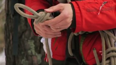 Man tying a knot in a climbing rope — Stock Video