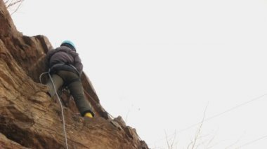 Climber training in the vertical wall — Stock Video
