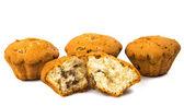 Muffins mit rosinen, isoliert — Stockfoto