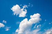 Mavi gökyüzü ile bulut — Stok fotoğraf