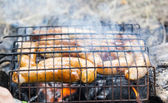 Salchichas de cerdo en la parrilla de fumar — Foto de Stock