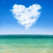 Onde del mare e il cielo blu con cuore nuvoloso — Foto Stock