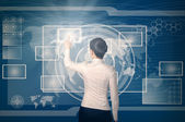 Vrouw virtuele knop duwen in de webinterface — Stockfoto