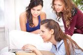 Girls and a laptop — ストック写真