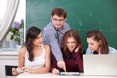 Nauczyciel i uczniowie — Zdjęcie stockowe
