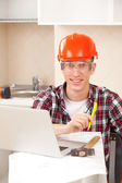 Worker learns online — Stock Photo