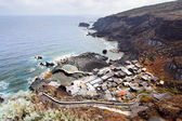 Pequeño pueblo en la costa — Foto de Stock