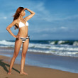 Beauty woman on sea beach — Stockfoto